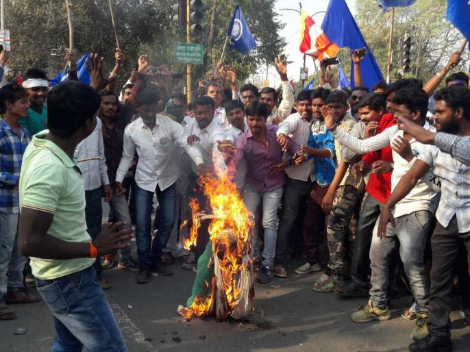 Koregaon Bhima: Prime Minister Modi's symbolic statue burnt in Akola | कोरेगाव भीमा: अकोल्यात पंतप्रधान मोदींच्या प्रतिकात्मक पुतळ्याचे दहन