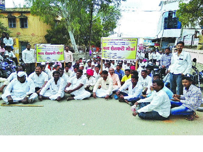Front of farmers affected by National Highway, Mhaswad Talathi office; Revenue administration request | राष्ट्रीय महामार्गात बाधित होणाºया शेतकºयांचा मोर्चा , म्हसवड तलाठी कार्यालय; महसूल प्रशासनाला निवेदन