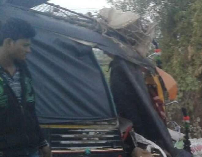 Tempo and Ape rickshaw in Nandurbar Shahada road, 5 people killed on the spot | नंदुरबार शहादा रस्त्यावर टेम्पो व अॅपे रिक्षाचा भीषण अपघात, पाच जण जागीच ठार
