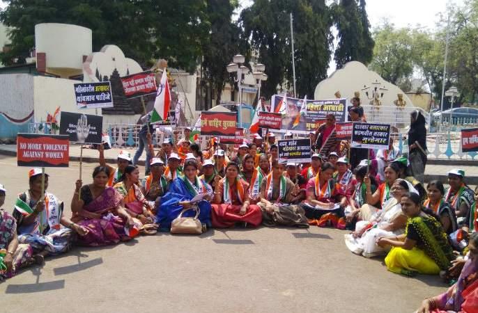Silent movement of the women's day Nationalist Women's Front in Solapur | महिला दिनी राष्ट्रवादी महिला आघाडीचे सोलापूरात मूक आंदोलन