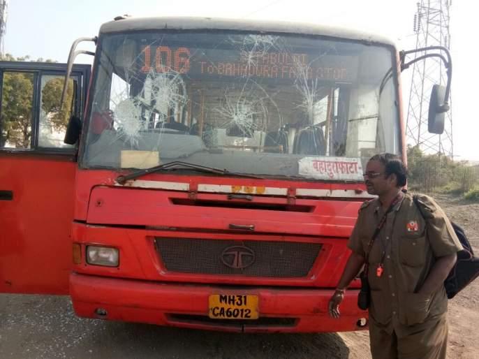 During Nagpur Band , 10 buses of Municipal corporation damaged | नागपुरात बंद दरम्यान मनपाच्या १० बसेसची तोडफोड