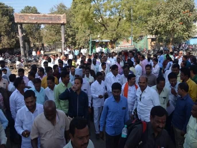 undisciplined planning of Sanwad Worshop at Parbhani | परभणीत संवाद कार्यशाळेचे ढिसाळ नियोजन; अपु-या आसन व्यवस्थेने शिक्षकांची तारांबळ