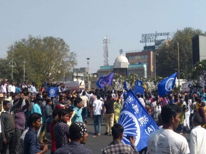 Peaceful strike in Pimpri Chinchwad; The Pune-Mumbai road closed at Pimpri Chowk | पिंपरी चिंचवडमध्ये तणावपूर्ण शांतता; पुणे-मुंबई रस्ता पिंपरी चौकात बंद