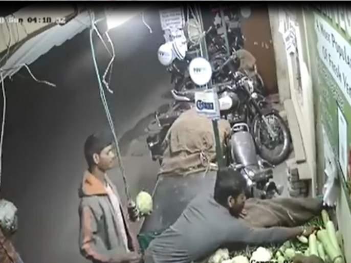 Pimpri gang-racket stolen, vegetable thieves captured in camera | VIDEO- पिंपरी मंडईत चोरट्यांचा सुळसुळाट, भाजी चोरणारे टोळके कॅमेऱ्यात कैद