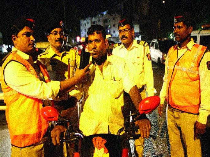 Thirty First action was taken against 424 drivers, 3700 alcoholics took action during the year | थर्टी फर्स्टला ४२४ चालकांवर कारवाई , वर्षभरात ३७०० मद्यपींवर कारवाई