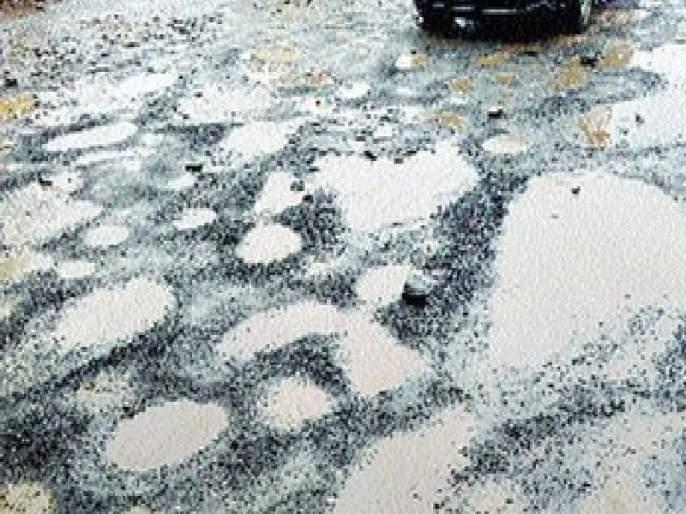 The potholes were rolled out to corporators, '48 hours' dirt assured | खड्ड्यांनी लावली नगरसेवकांची वाट, '४८ तासांचे' आश्वासन धुळीत