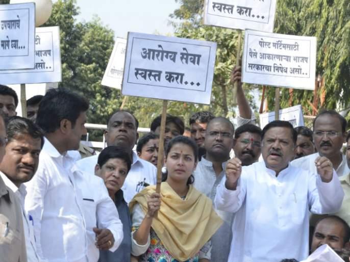 Solapur: Guardian Minister of the Congress party, Praniti Shinde and 60 people filed a complaint against Sadar Bazhar Police Station | सोलापूर काँग्रेसचा पालकमंत्र्यांना घेराव, आमदार प्रणिती शिंदेंसह ७० लोकांविरुद्ध सदर बझार पोलीस ठाण्यात गुन्हा दाखल