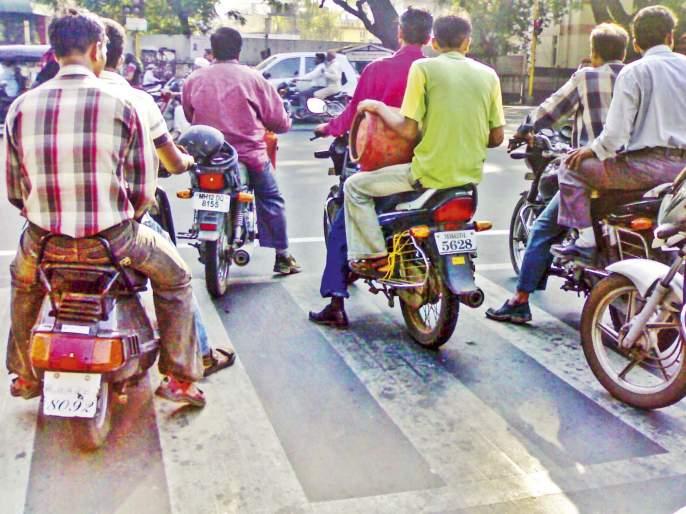 just 4 minutes?- en experiment by Pune traffic police | फक्त 4 मिनिटांसाठी जीव धोक्यात घालणार का?