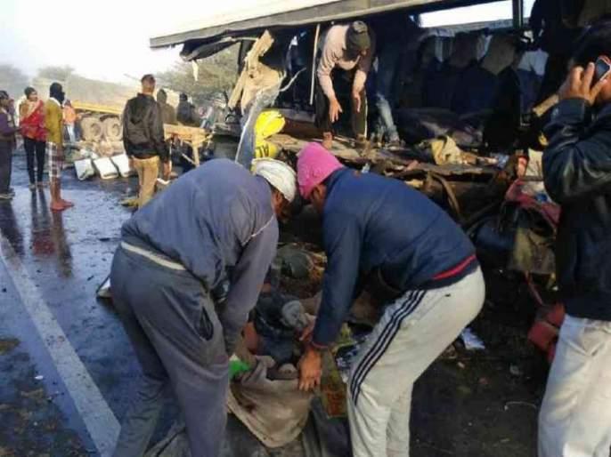 11 people killed in road accident in Rajasthan, tractor trawlers   राजस्थानमध्ये बसची ट्रॅक्टरच्या ट्रॉलीला धडक, 11 जणांचा मृत्यू