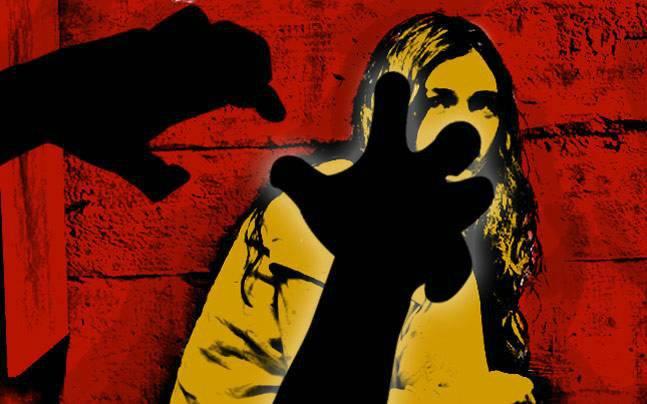 Attempted to rape; A complaint was filed in the loni Kalbhor police, pune | विवाहित महिलेवर अतिप्रसंग करण्याचा प्रयत्न; लोणी काळभोर पोलिसांत गुन्हा दाखल