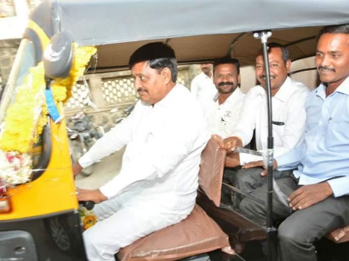 Un ...! A lot of co-operatives had run the rickshaw from Solapur city | अन...! चक्क सहकारमंत्र्यांनी चालविली सोलापूर शहरातून रिक्षा