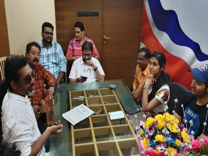 Nagraj manujel political entire in MNS with rinku rajguru and Aakash thosar | मनसे 'झिंगाट'; सेनेचा झेंडा खाली ठेवून नागराज मंजुळे आर्ची-परश्यासह 'इंजिना'वर सुस्साट