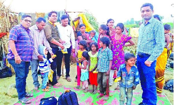 Story of Pusuni Zaghata ... ... Checking of the laborers! - New Year's Anniversary ... Youth Social Welfare in Umbraj | पुसुनी झिंगाटाची कहाणी... ...केली मजुरांची तपासणी !--नववर्षाची शुभवार्ता...उंब्रजमधील युवकांनी जपली सामाजिक बांधिलकी