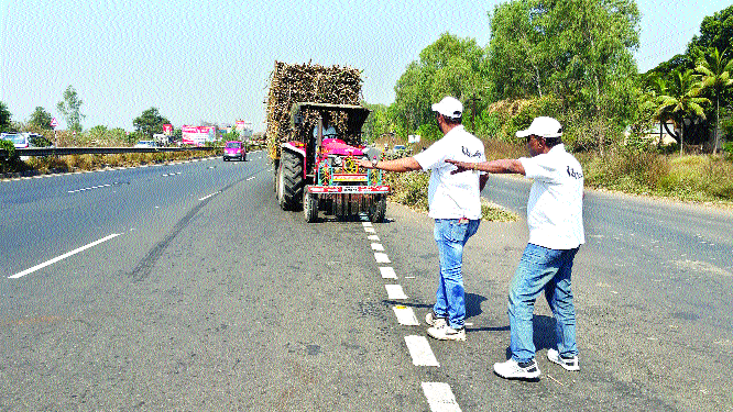 Tractor trunk; Choice of Lava sticker | दिसला ट्रॅक्टर की कर हात; दिसली चेसी की लाव स्टिकर