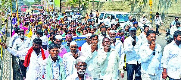 Shankhvagni movement with 'Ranjanigans' of 'Bahujan' in Tehsil: Tehsil | कऱ्हाडात 'बहुजन'चे रणरागिणींसह शंखध्वनी आंदोलन : तहसीलपुढे ठिय्या