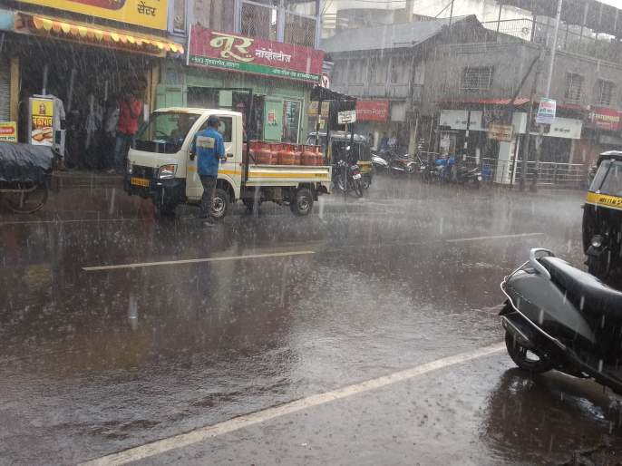 Heavy rain accompanied by thundershowers in Satara; The full moon came from the darkness   साताऱ्यात मेघगर्जनेसह मुसळधार पाऊस; भरदुपारी आले अंधारून