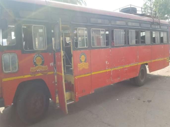 In Phaltan, a passenger has been injured, a passenger seriously injured | फलटणमध्ये एसटीवर दगडफेक, एक प्रवासी गंभीर जखमी