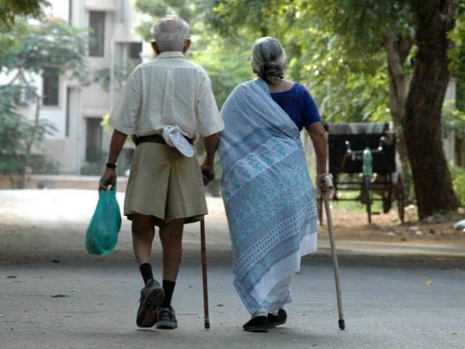 state government will give Tax benefits for looking after elderly parents | आई-बाबांचा सांभाळ करणाऱ्या मुलांना सरकार देणार मोठं गिफ्ट!