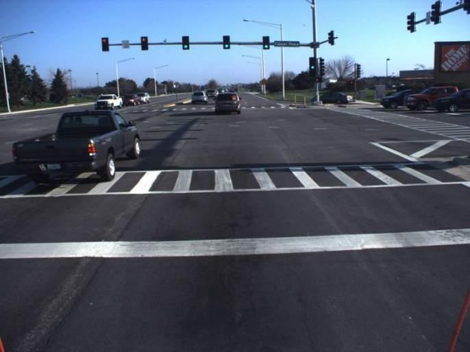 Stoping before signal with proper space is good civic sense   सिग्नलला थांबताना योग्य अंतर राखून वाहन थांबवणे हे सर्वांच्याच सुरक्षिततेसाठी आवश्यक