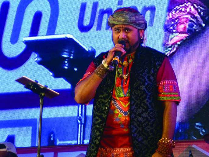 Rockstar Songs Rascal Enchanted, Fourth Day of Sawantwadi Tourism Festival: Laughing out with humorous comedy | रॉकस्टारच्या गायनाने रसिक मंत्रमुग्ध, सावंतवाडी पर्यटन महोत्सवाचा चौथा दिवस : हास्यसम्राटांच्या कॉमेडीने खळखळून हसविले