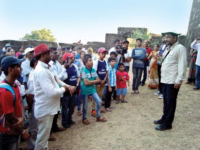 Sindhudurg: History of the history of Vijaydurg, second day of the festival, Amar Adke informed about the fort   सिंधुदुर्ग : विजयदुर्गचा इतिहास अनुभवला, महोत्सवाचा दुसरा दिवस, अमर अडके यांनी दिली किल्ल्याबाबत माहिती