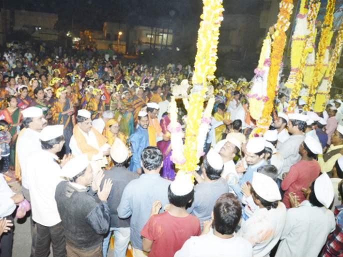 Solapur Siddheshwar Yatra: Nandwad's twin Solapur worship, Gokul Nagar, Vidaragana Mahila Mandal's initiative | सोलापूर सिध्देश्वर यात्रा : नंदीध्वजांचे जुळे सोलापूरात पूजन, गोकुळनगरवासीय, विरांगणा महिला मंडळाचा उपक्रम