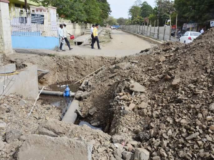 Even if the work time of Rangbhavan-Ambedkar Chowk road ended in Solapur, 'stop further'   सोलापुरातील रंगभवन ते आंबेडकर चौक रस्त्याचे काम मुदत संपत आली तरीही 'आणखी थांब'