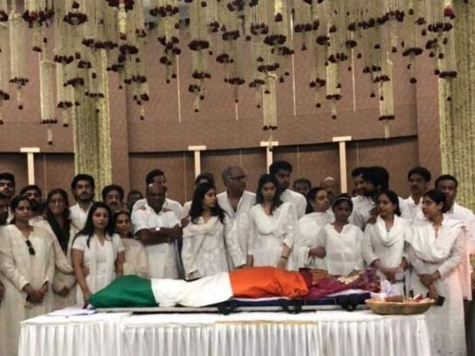 ... so as a tribute to Sridevi and police salute | ...म्हणून श्रीदेवी यांना तिरंग्याचा मान आणि पोलिसांची सलामी