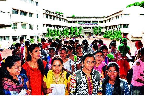 Students' admission for Eleventh entrance: Education Opportunities | अकरावी प्रवेशासाठी विद्यार्थ्यांची झुंबड : प्रवेशातील गडबडीकडे शिक्षणाधिकाऱ्यांचे लक्ष