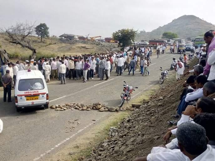 One killed in road accident in Dhokeshwar; Keep the bodies in the ambulance and stop the streets of the villagers   टाकळी ढोकेश्वर येथील अपघातात एक ठार; अॅम्बुलन्समध्ये मृतदेह ठेवून ग्रामस्थांचा रास्ता रोको