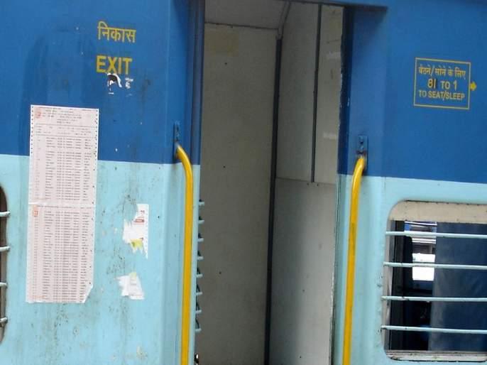 no reservation charts on trains departing from 400 station   रेल्वे डब्यांवर आरक्षित आसनांचा तक्ता चिकटवणं होणार बंद, प्लॅटफॉर्मवर बसविणार डिजिटल स्क्रीन