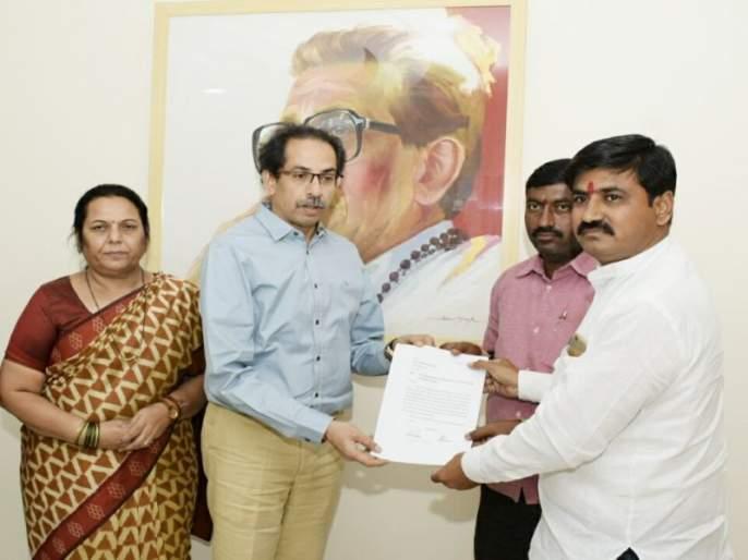 uddhav thackeray met the father of kopardi victim | शिवसेना पक्षप्रमुख उद्धव ठाकरे यांनी घेतली कोपर्डी घटनेतील पीडितेच्या वडिलांची भेट