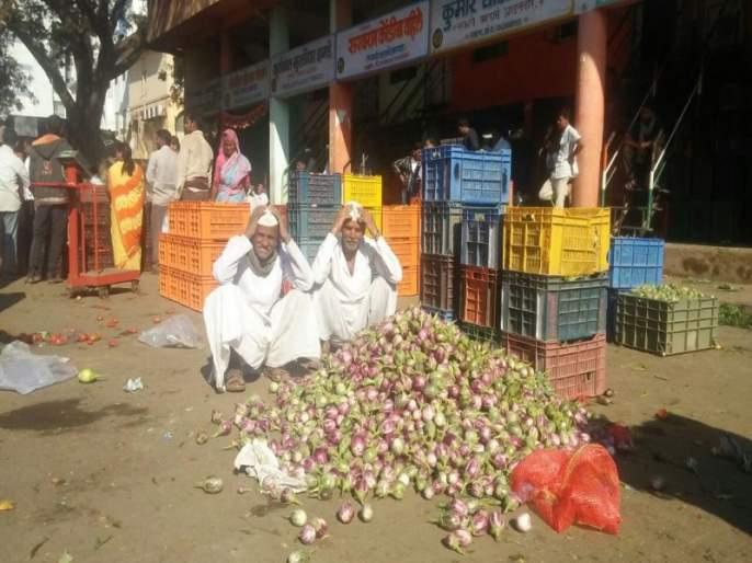 Pune: farmers worry about falling prices of vegetables | पुणे : चाकण बाजारात मंदी, भाज्यांचे भाव गडगडल्यानं शेतकरी चिंतेत
