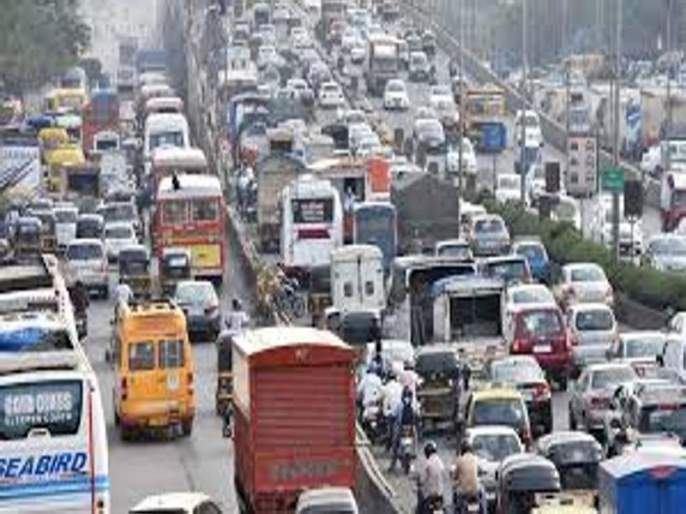 Truck cluttered on Western Express Highway; Long queues of vehicles due to traffic jam   वेस्टर्न एक्स्प्रेस हायवेवर ट्रक उलटला; वाहतूक कोंडीमुळे वाहनांच्या लांब रांगा