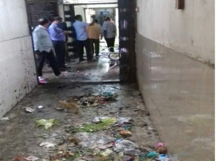 angry citizens dump garbage in tilak road ward office | चिडलेल्या नागरिकांनी थेट क्षेत्रीय कार्यालयालाच केले डंपिंग ग्राऊंड