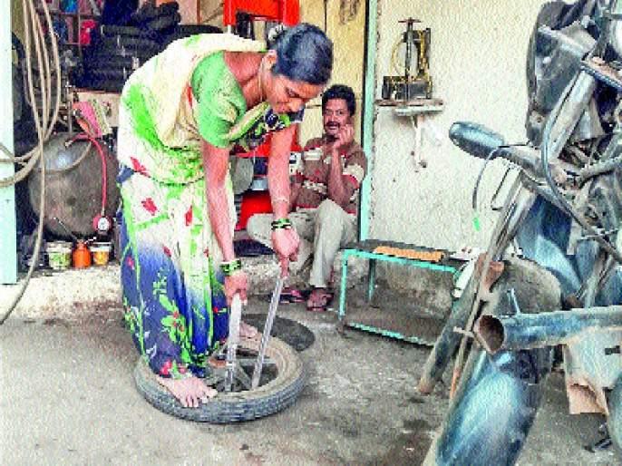 Proficiency in Savitri's deed, vehicle maintenance and puncture removal | सावित्रीच्या लेकीचा मक्तेदारीला छेद, वाहनदुरुस्ती व पंक्चर काढण्याच्या कामामध्ये निपुणता