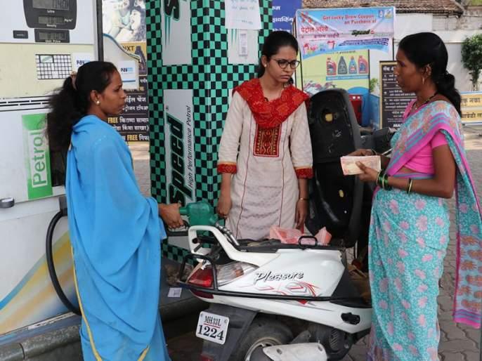 working on petrol pump | पेट्रोलपंपावर काम करून मुलांना उच्चशिक्षण