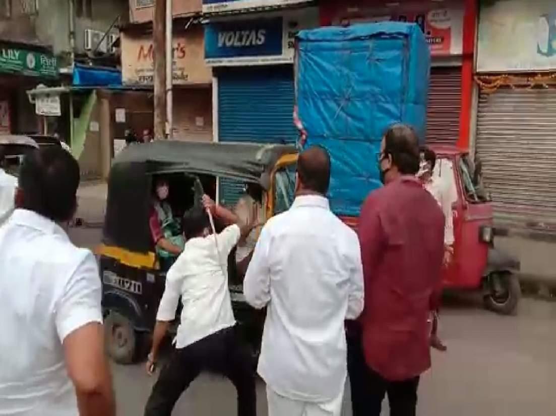 Maharashtra Bandh: शिवसेनेची दादागिरी; उपमहापौरांच्या पतीची रिक्षाचालकांना  दांडक्यानं मारहाण - Marathi News | Maharashtra Bandh: Shiv Sena Dadagiri;  Deputy mayor's husband beats rickshaw ...