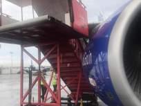 स्पाईसजेट विमानाची शिडी इंडिगो विमानावर पडल्याने नुकसान - Marathi News | Damage caused by SpiceJet ladder falling on Indigo aircraft | Latest mumbai News at Lokmat.com