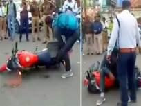 Video: पोलिसांनी हेल्मेट न घातल्याचे चलन फाडले; तरुणाने बाईकच फोडली