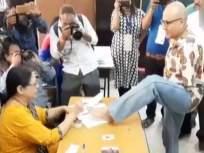 पायाने मतदान करुन दिव्यांगाने बजावला हक्क!
