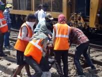 रेल्वे प्रशासनाकडून सोशल डिस्टन्सचे उल्लंघन - Marathi News   Violation of Social Distance by Railway Administration   Latest mumbai News at Lokmat.com