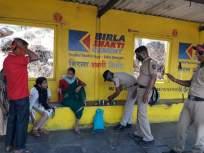 corona in kolhapur -पोलिसांतील माणुसकीचे दर्शन!गावी परतणाऱ्या कुटूंबाला दिले जेवण - Marathi News   corona in kolhapur - Humanity Visits in Police! Meals provided to families returning to the village   Latest kolhapur News at Lokmat.com