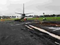 मुंबई विमानतळावर विमान धावपट्टीवरून घसरले - Marathi News | The plane skidded off the runway at Mumbai airport | Latest mumbai News at Lokmat.com