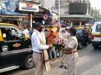 'त्या' ट्रॅफिक पोलीस हवालदाराचा महिला ACP कडून सन्मान, भररस्त्यातच केला सत्कार - Marathi News | 'That' traffic police constable of koliwada was felicitated by the female ACP with a bouquet of flowers | Latest mumbai News at Lokmat.com