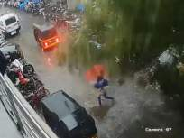 Video : काळजाचा ठोका चुकवणारी घटना! विक्रोळीत झाड कोसळलं, सुदैवाने महिला थोडक्यात बचावली - Marathi News | A heartbreaking! At Vikhroli tree fell, fortunately the woman survived | Latest mumbai News at Lokmat.com