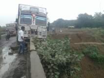 साकेगाव येथील वाघूर नदीच्या पुलावर अडकला ट्रक