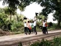Video - मुख्यमंत्र्यांच्या महाजनादेश यात्रेवर कडकनाथ कोंबड्या फेकल्या, स्वाभिमानीचे आंदोलन