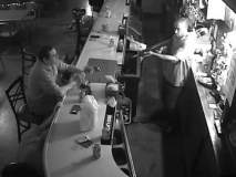 Video : चोर बंदुक घेऊन शिरला बारमध्ये, 'हा' पठ्ठ्या जागचा न हलता ढोसत राहिला दारू!