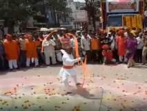 Ganesh Visarjan 2018 : जळगावमध्ये विसर्जन मिरवणुकीत चित्तथरारक प्रात्यक्षिके सादर